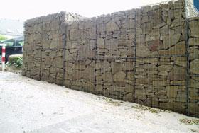 Gabione mit Sandstein geschichtet