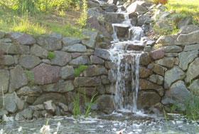 Grauwacke Trockensteinmauer mit Wasserlauf